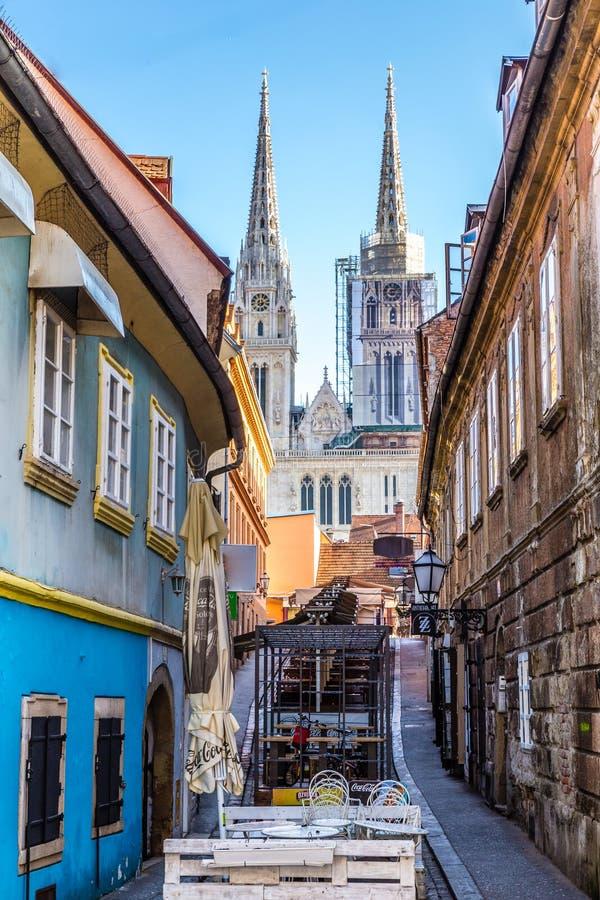 导致大教堂萨格勒布,克罗地亚,欧洲的街道 库存图片