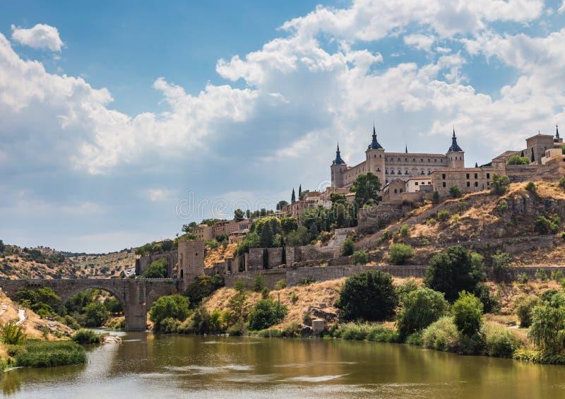导致太阳的门的老城市和阿尔坎塔拉桥梁的看法从河Tajo托莱多,西班牙的边 库存图片