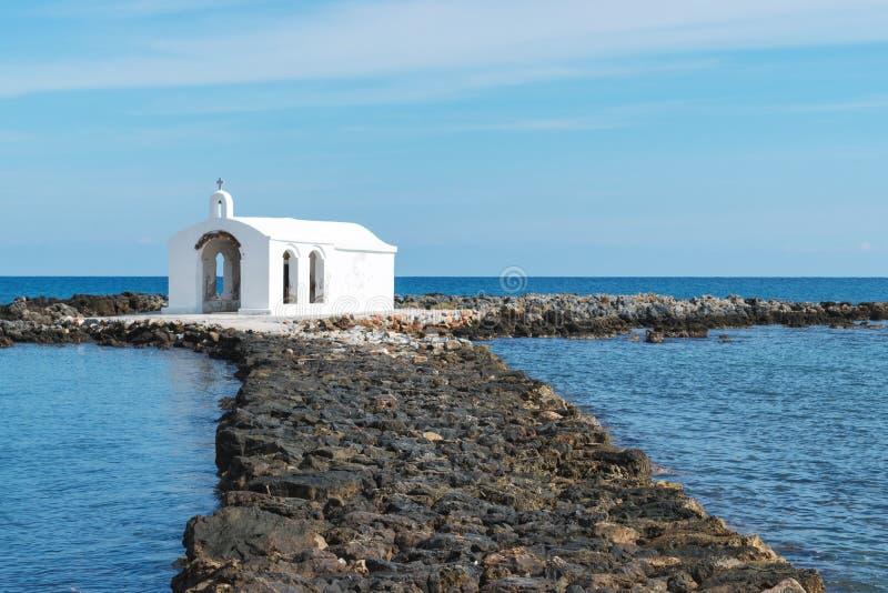 导致小贴水帕帕佐普洛斯教会的岩石道路 免版税库存图片