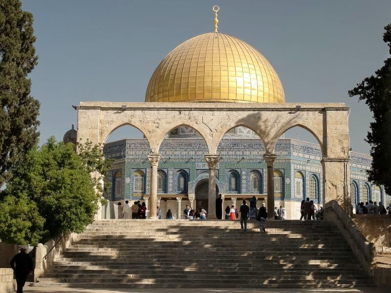 导致岩石清真寺的圆顶的步在耶路撒冷 免版税图库摄影
