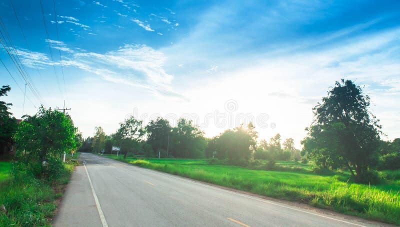 导致有美好的自然视图方式的都市村庄的直路 库存照片