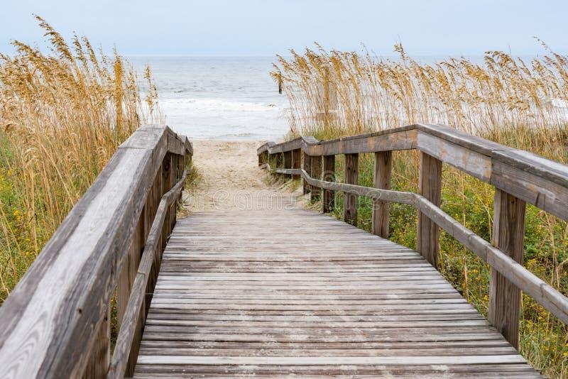 导致海滩的木板走道 库存照片