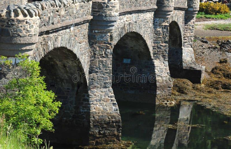 导致爱莲・朵娜城堡的石桥梁 图库摄影