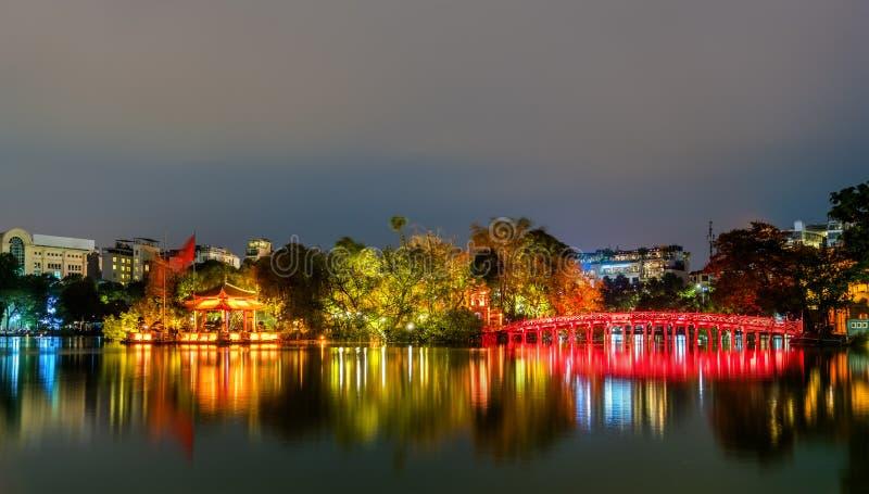 导致玉山的寺庙的Huc桥梁还剑湖的在河内,越南 免版税图库摄影