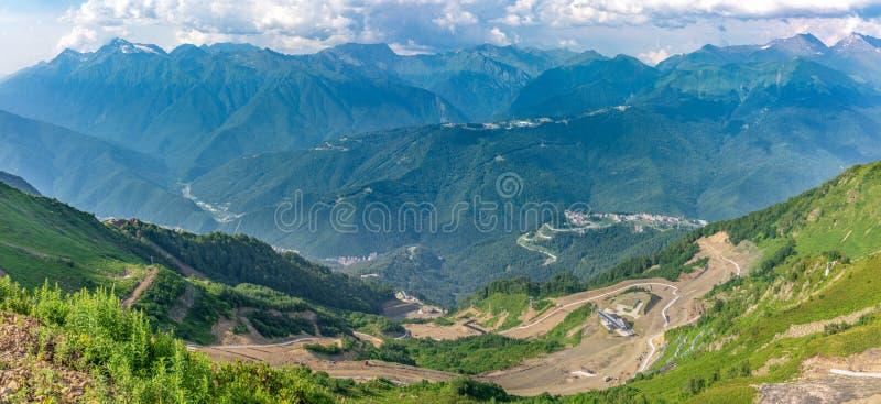 导致电车驻地的蜒蜒路 在天际的高山 Krasnaya Polyana,索契,高加索,俄罗斯 免版税库存照片