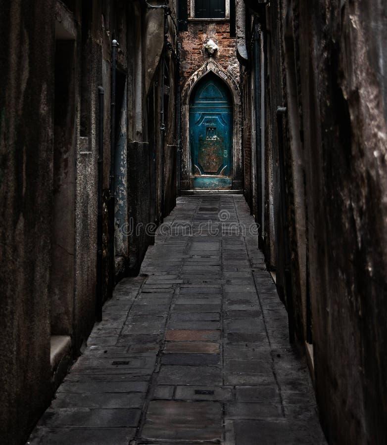 导致蓝色门的巷道 免版税库存图片
