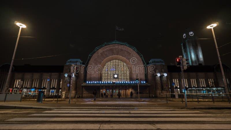 导致赫尔辛基中央火车站,夜视图的行人交叉路 库存照片
