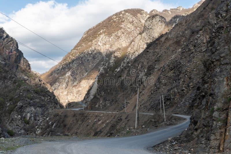 导致Lahic村庄的路在阿塞拜疆的Ismayill地区 免版税库存照片
