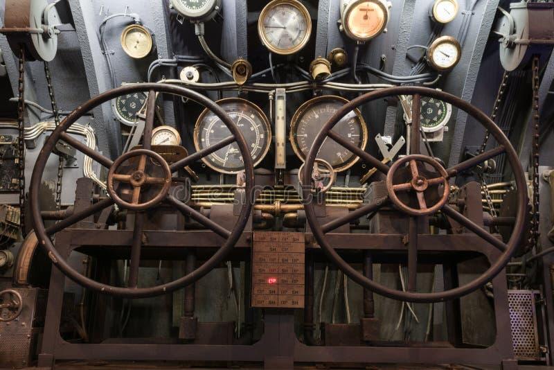 导航器和一艘老潜水艇的方向盘 免版税库存图片