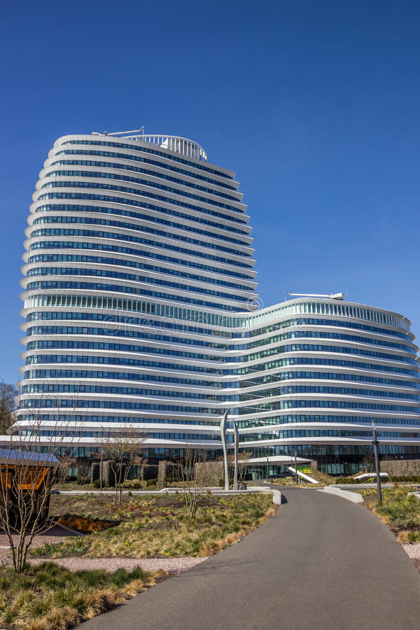 导致一座现代办公楼的路在格罗宁根 免版税库存图片
