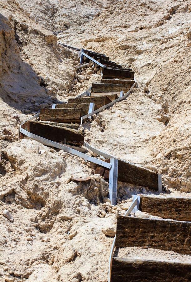 导致上面的木弯曲的楼梯 库存图片