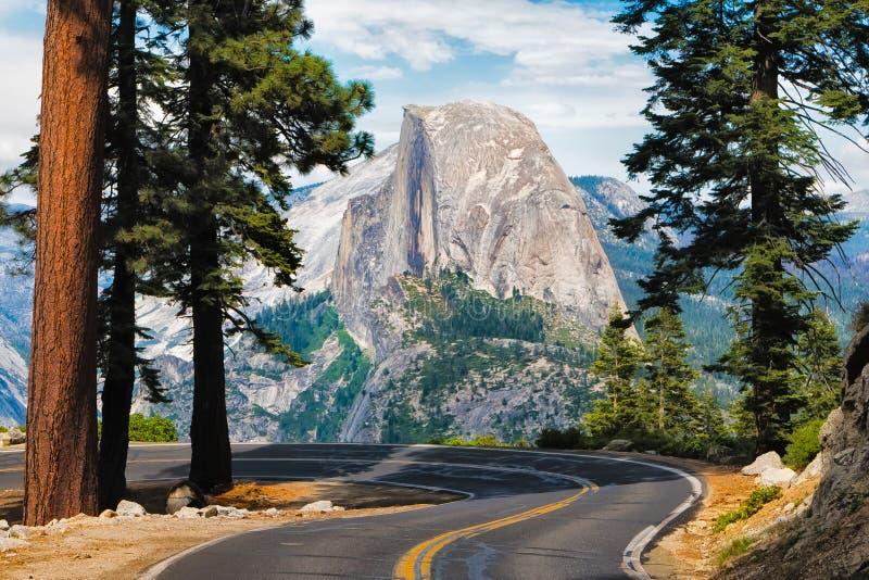 导致冰川点在优胜美地国家公园, Cal的路 免版税库存图片