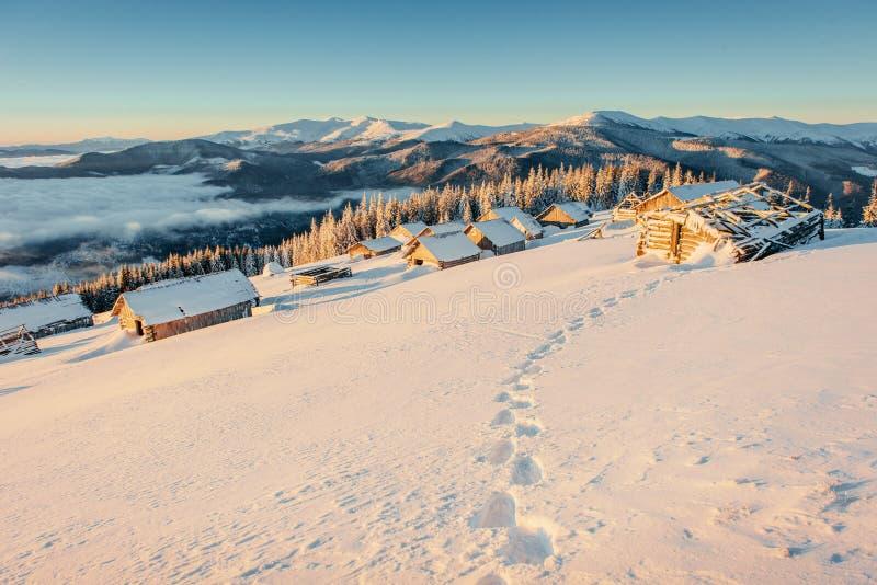 导致在山的瑞士山中的牧人小屋的脚印 库存图片