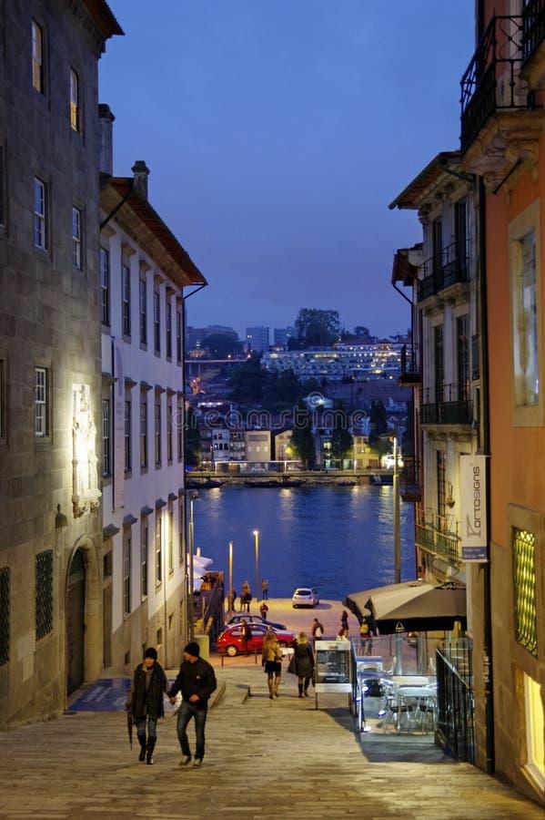 导致波尔图Ribeira边缘的狭窄的街道在晚上 免版税库存图片