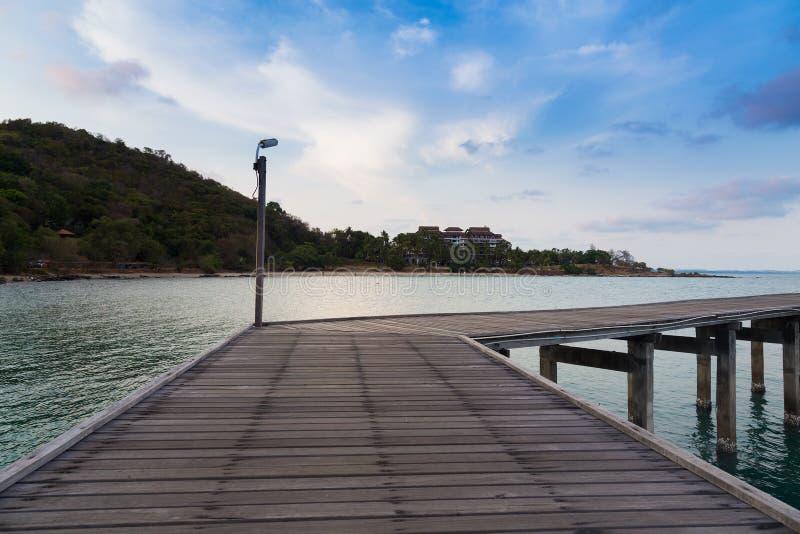 导致海的木桥有山背景 库存图片