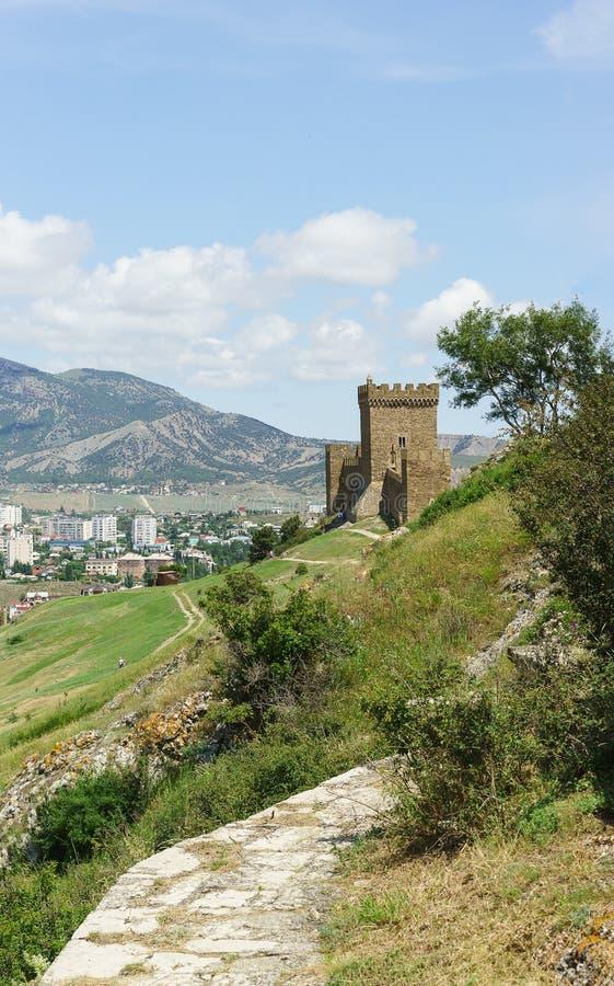 导致热那亚人的堡垒的片段的道路 Sudak克里米亚 库存图片