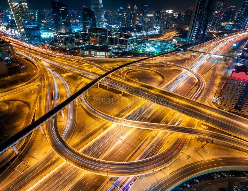 导致阿布扎比的非凡通途在最大的摩天大楼附近 迪拜,阿拉伯联合酋长国 免版税库存照片