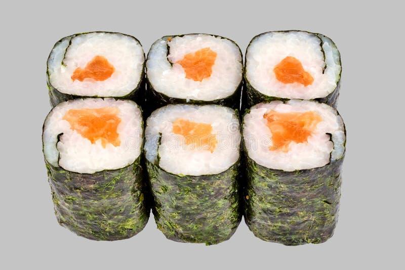 寿司与三文鱼的maki卷在灰色背景 库存照片