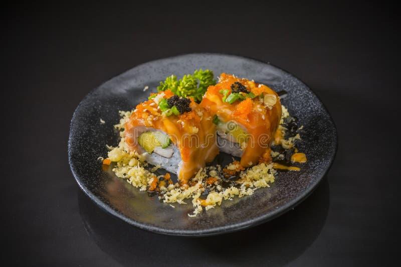 寿司卷、三文鱼寿司nigiri和天麸罗 免版税库存图片