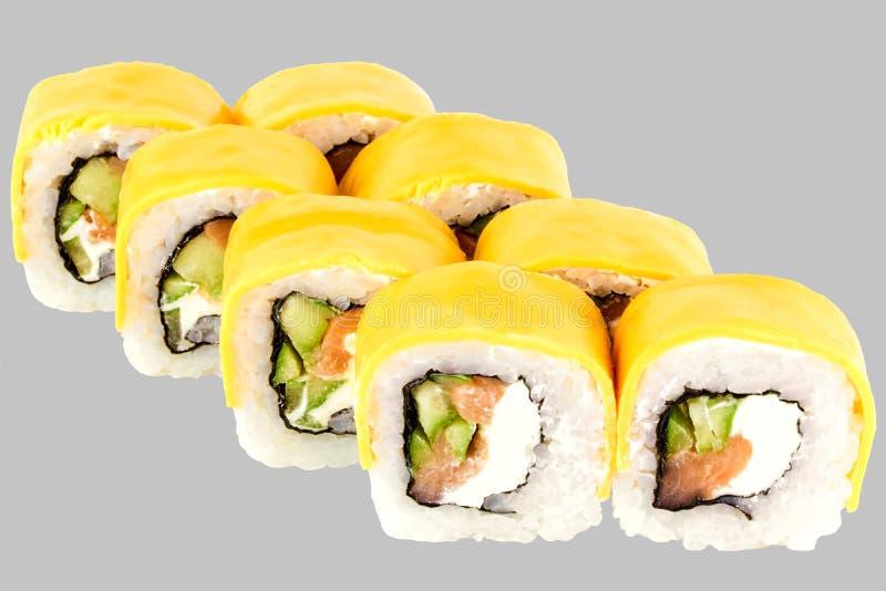 寿司卷与三文鱼黄瓜熔化切达干酪三文鱼的费城乳酪 免版税库存图片