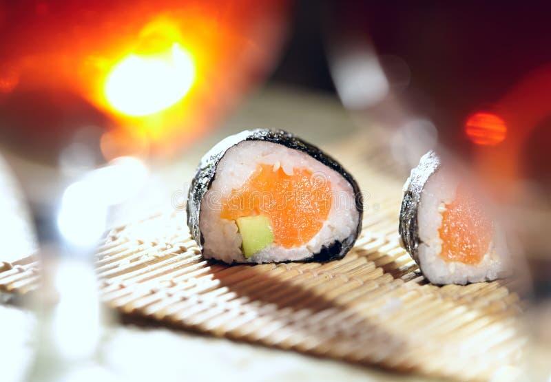 寿司卷和李子酒。 免版税库存照片
