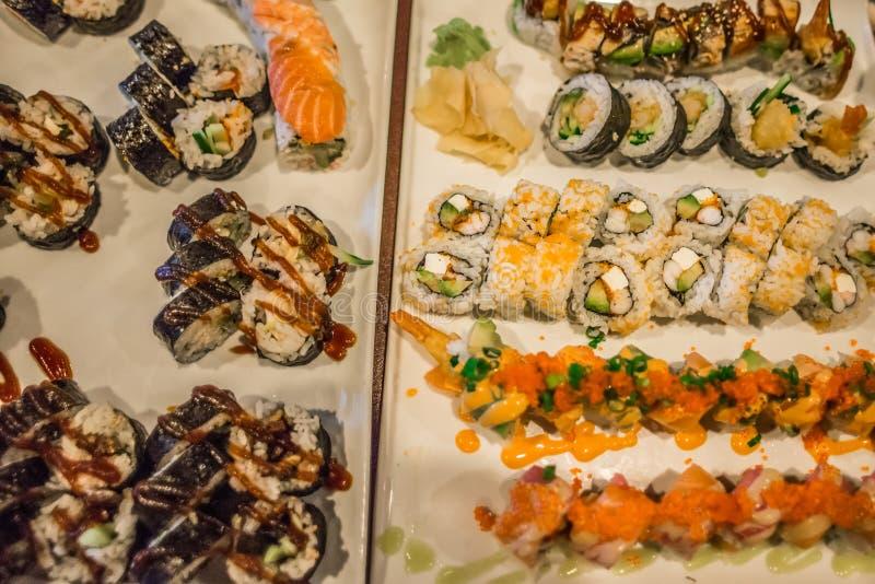 寿司卷品种在饭桌上的 库存照片