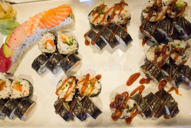 寿司卷品种在饭桌上的 免版税库存图片
