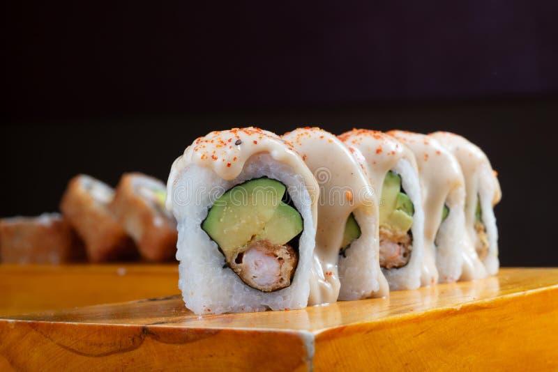 寿司卷在木头-图象服务 免版税库存图片