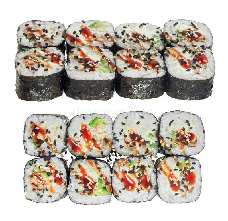 寿司卷用鳗鱼、乳酪、黄瓜、调味汁和芝麻 背景查出的白色 库存照片