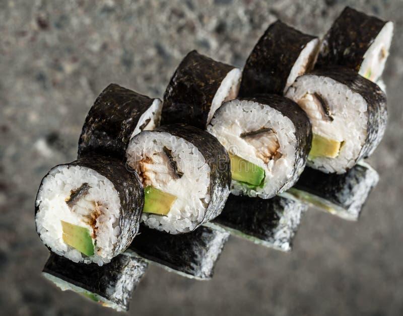寿司卷用鳗鱼和乳脂干酪 免版税库存照片