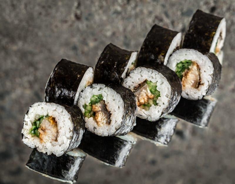 寿司卷用鳗鱼和黄瓜 库存照片