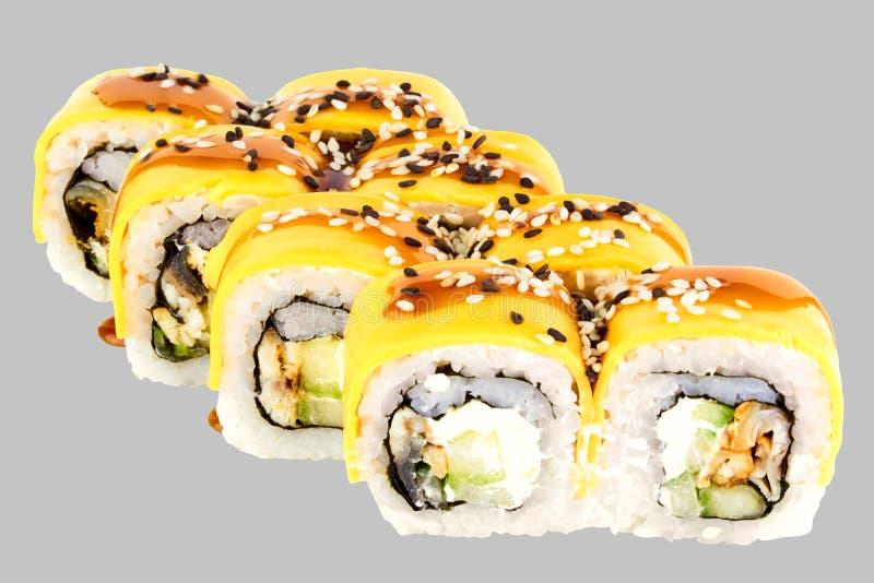 寿司卷费城乳酪用鳗鱼费城乳酪黄瓜切达干酪和unagi kabayaki调味汁 免版税库存照片