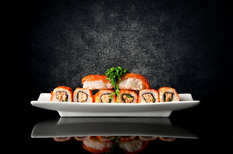 寿司和卷在板材 免版税库存照片