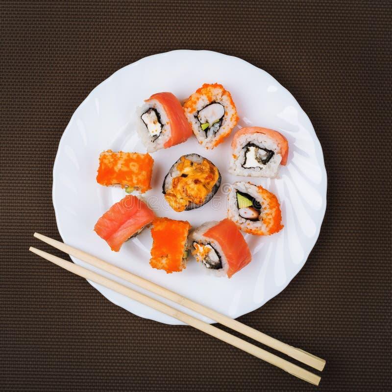 寿司的部分在一块白色板材的 免版税库存图片