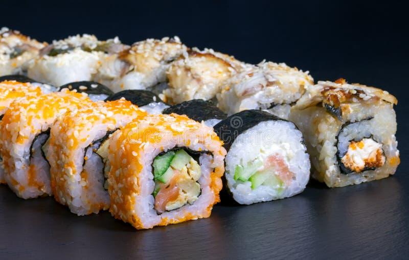 寿司设置了卷用三文鱼鳗鱼乳酪黄瓜米调味汁芝麻鱼子酱 库存照片