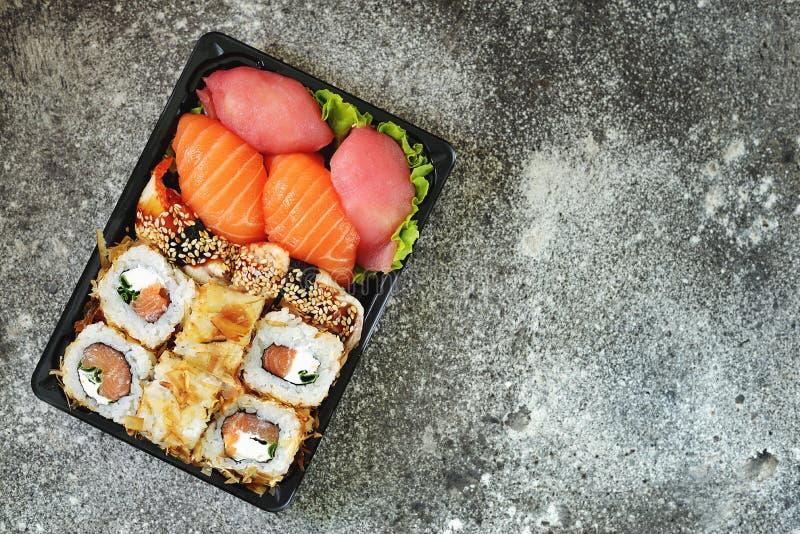 寿司设置用三文鱼,软干酪,金枪鱼,熏制的鳗鱼 回家的寿司交付 r r 库存照片