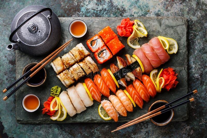 寿司集合nigiri和寿司卷用茶 库存图片