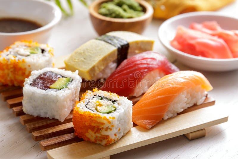 寿司集合nigiri sushiand maki寿司在木板材服务 免版税图库摄影