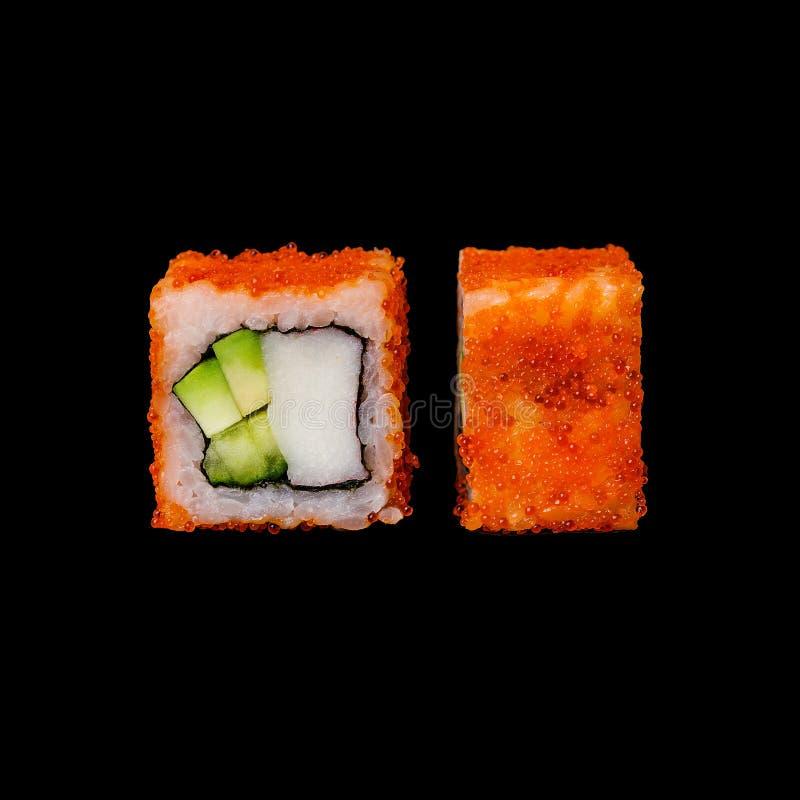 寿司 与螃蟹混合、鲕梨、黄瓜和tobiko的加利福尼亚卷,隔绝在黑背景中 库存照片