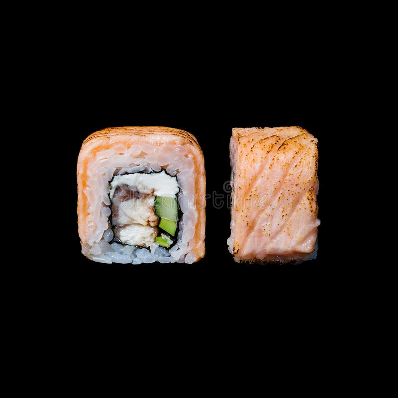 寿司 卷用鳗鱼、黄瓜和奶油奶酪,隔绝在黑背景中 免版税图库摄影
