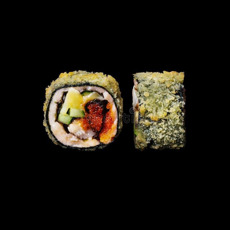寿司 卷用鳗鱼、黄瓜和tobiko,隔绝在黑背景中 图库摄影