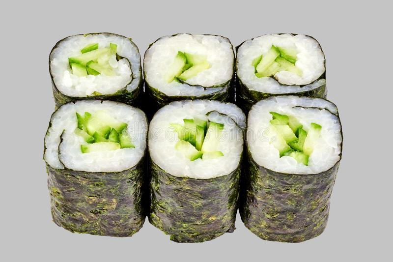 寿司maki卷用在灰色背景的黄瓜 库存照片