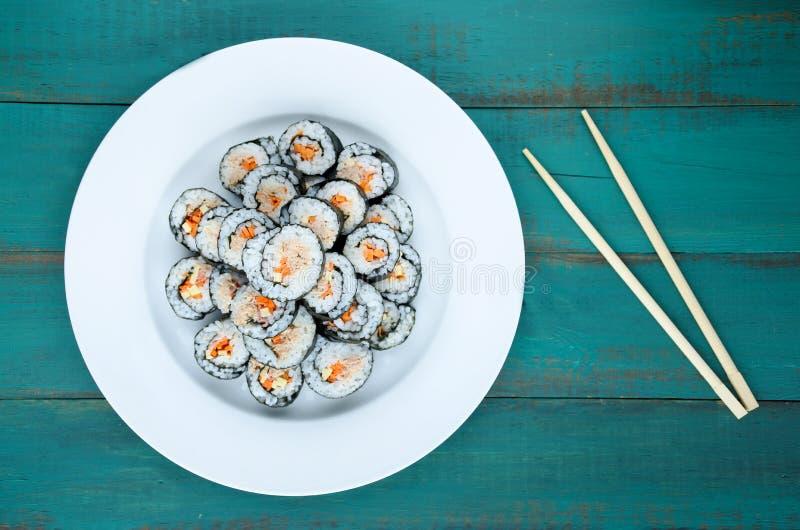 寿司maki gunkan卷板材和筷子 免版税库存照片