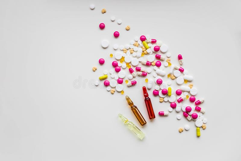 射入的医学瓶 医疗玻璃小瓶和注射器在接种的实验室 五颜六色的胶囊疫苗 库存图片