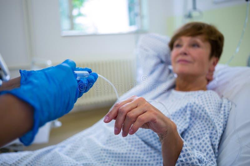 给射入的护士患者 免版税库存图片