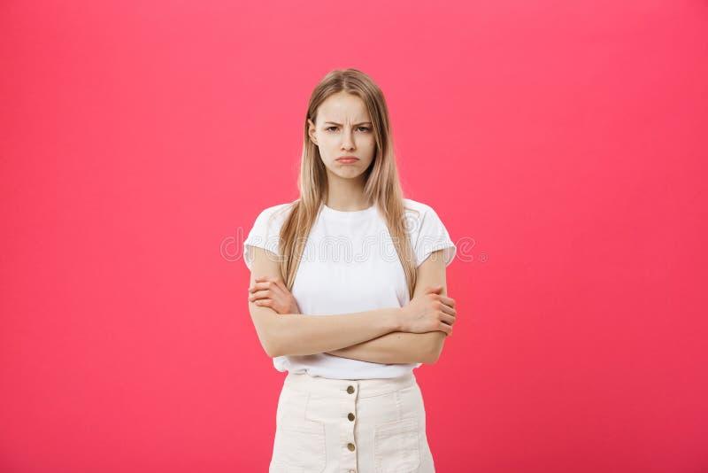 射击不耐烦使有看与乏味和讨厌的面孔的平直的金发的美丽的十几岁的女孩困恼照相机 免版税图库摄影