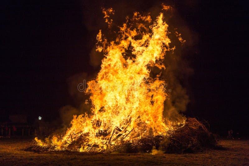 射击与火花的火焰和炭烬在黑背景 库存图片