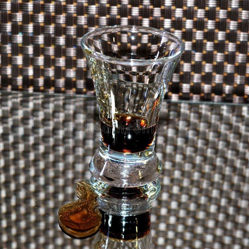 射击与酒精下落的咖啡利口酒Kahlua在镜子的 库存照片