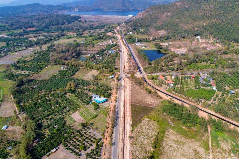 射击从寄生虫的泰国农村路方式去与此外领域和谷的山 在泰国北部 库存图片