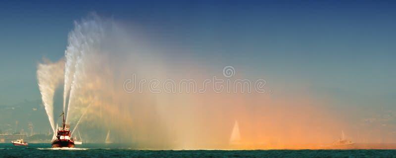 射击喷洒水的明亮的流在演示的小船在F 库存图片